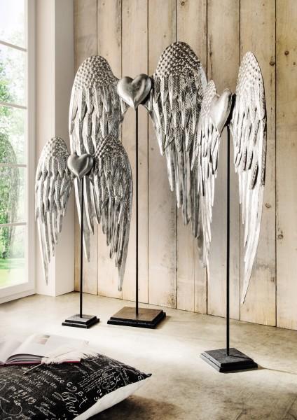 Flügel mit Herz / Deko-Objekt auf Ständer